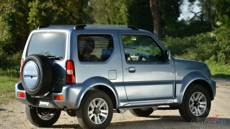 Suzuki Jimny третьего поколения на природе