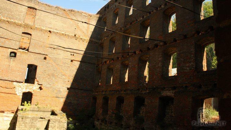 Толстые стены старого здания