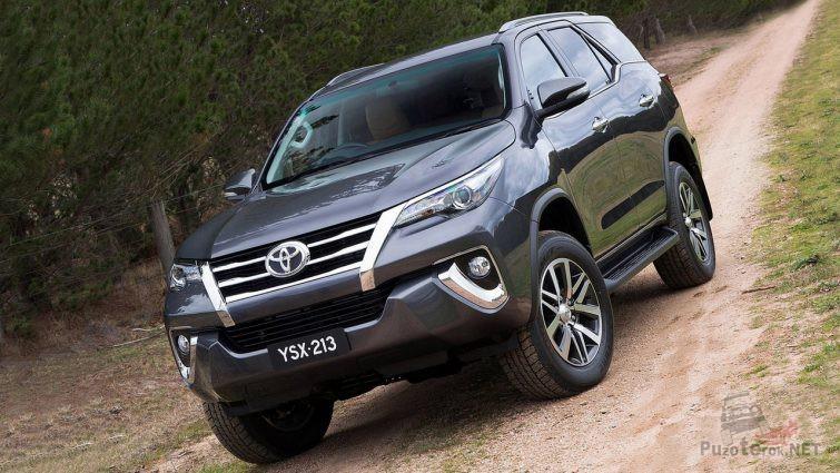 Toyota Fortuner на сельской дороге