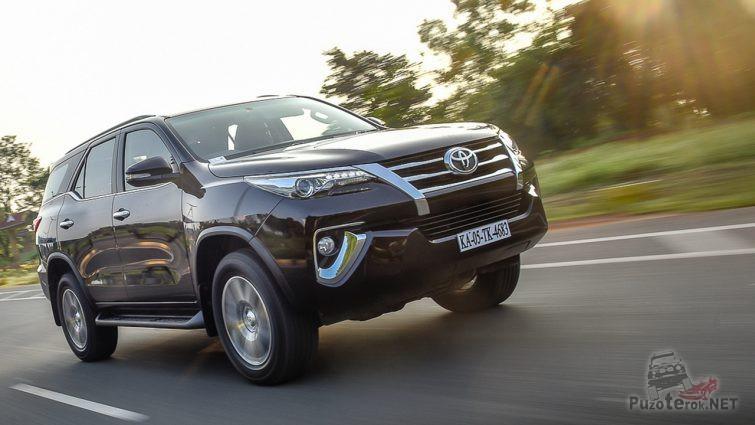 Toyota Fortuner на шоссе