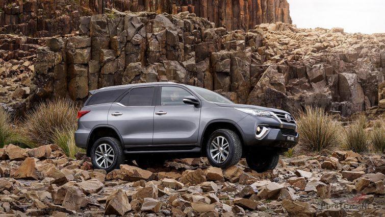 Toyota Fortuner в каменистой местности