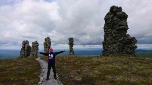 Турист на фоне столбов плато Маньпупунёр