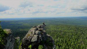 Турист сидит на вершине Полюда