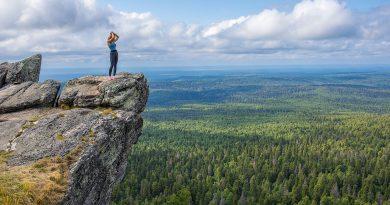 Туристка на горе Полюд в Пермском крае