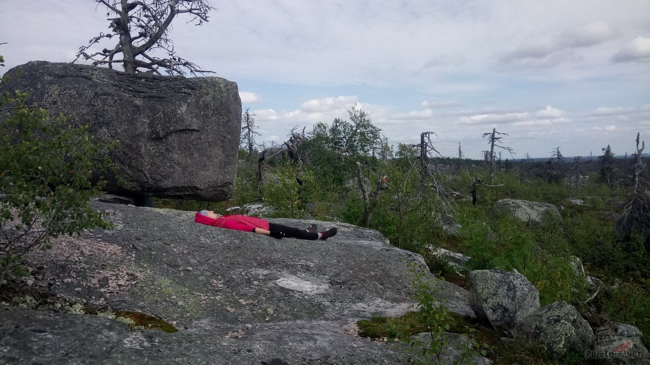 Туристка на камнях Смерть-горы