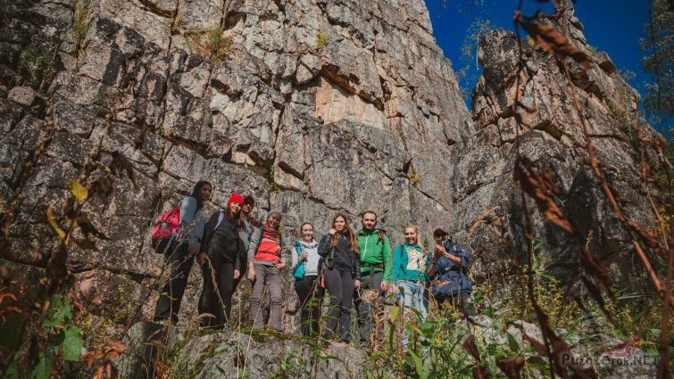 Туристы на фоне скалы