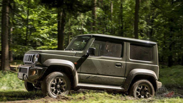 Тёмный автомобиль в лесу
