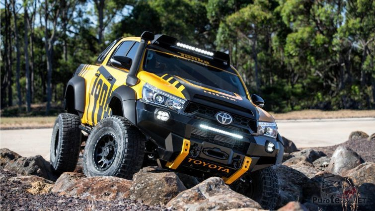 Тюнингованная Toyota Hilux на камнях