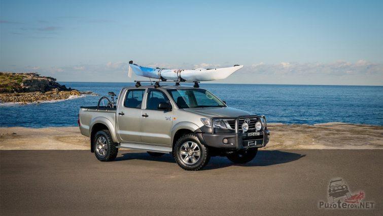 Велосипед и лодка в багажниках Toyota Hilux