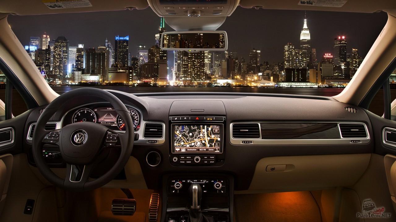 Вид на ночной город из салона автомобиля
