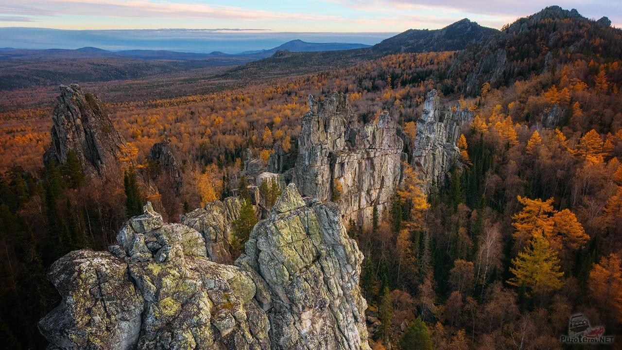 Вид с высоты Зубчаток на осенние Уральские горы
