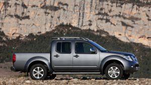 Вид сбоку серого Nissan Navara