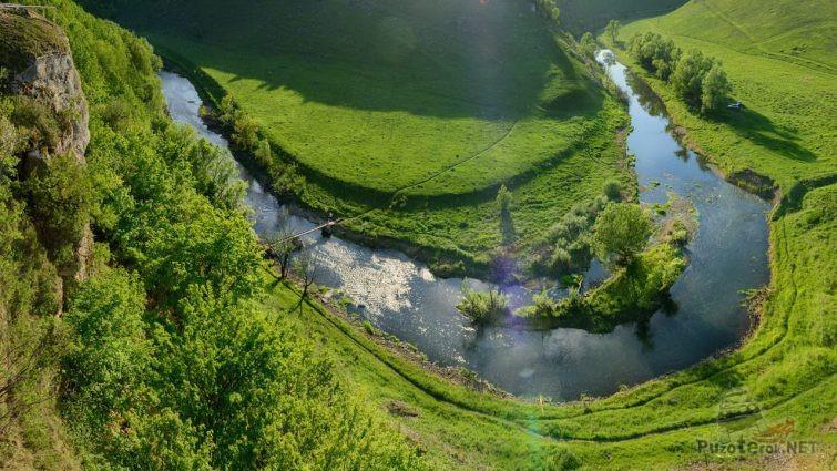 Вид со скалы на поворот реки