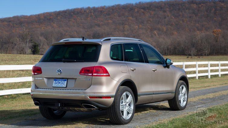 Вид сзади Volkswagen Touareg второго поколения