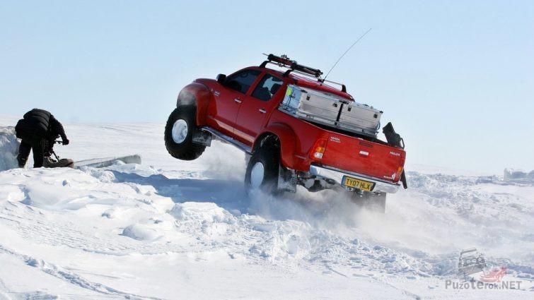 Внедорожник в прыжке на снегу
