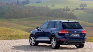 Volkswagen Touareg на площадке из гравия