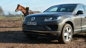 Volkswagen Touareg возле ипподрома