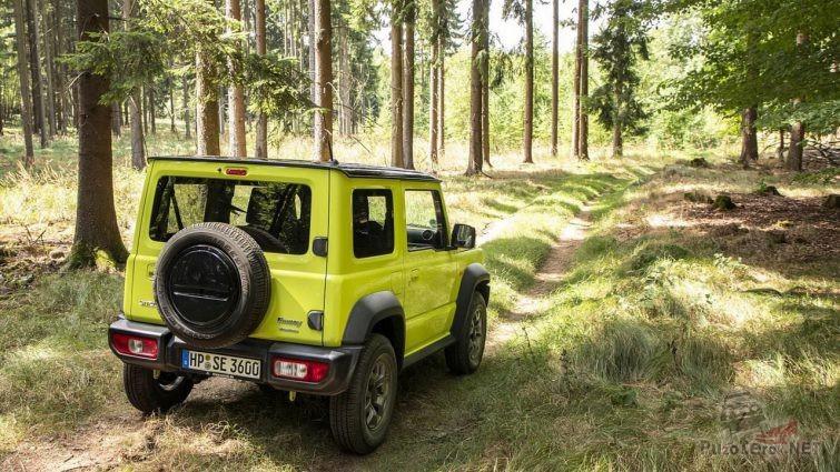 Жёлтый внедорожник на лесной дороге