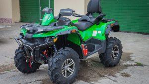 Зелёный квадроцикл у гаража