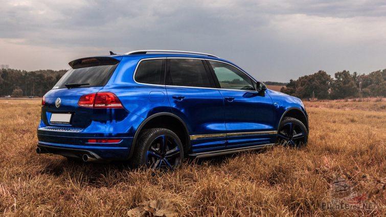 Зеркальный автомобиль синего цвета