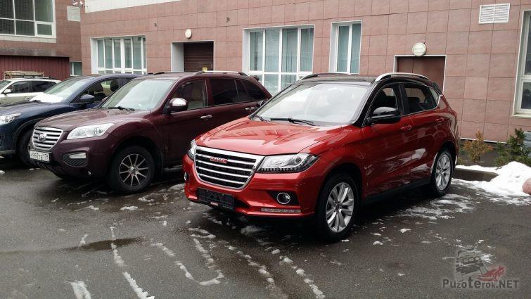 Автомобили на стоянке у здания