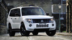 Белый Mitsubishi Pajero в городе