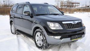Чёрный автомобиль на снегу