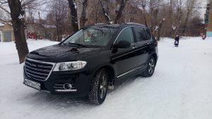 Чёрный кроссовер на снегу