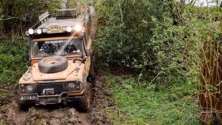 Дефендер в джунглях в грязи