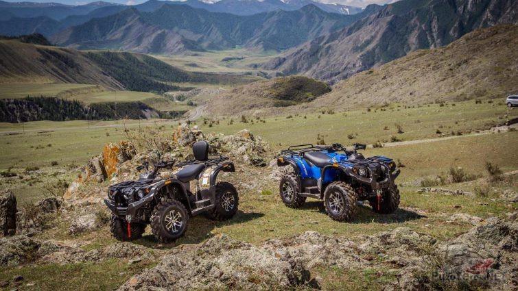 Два квадроцикла в холмистой местности