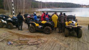 Экспедиция на квадроциклах на привале у реки