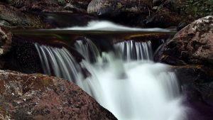 Горный поток среди камней