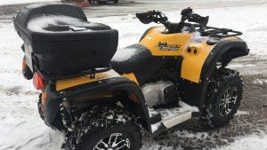 Квадроцикл оборудован багажным кофром