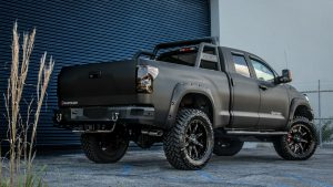 Матовая Toyota Tundra у здания