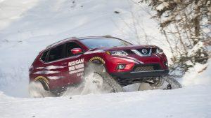 Ниссан Rogue Warrior на гусеницах едет по снегу