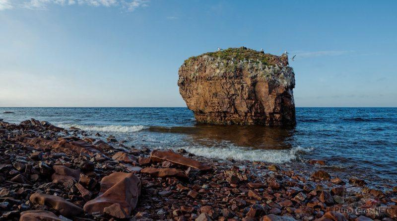 Одинокая скала в море