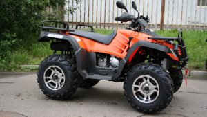 Оранжевый квадроцикл на асфальте