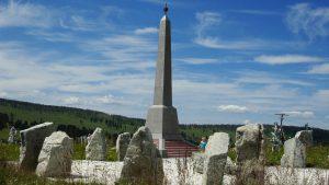 Памятная стелла на Семинском перевале