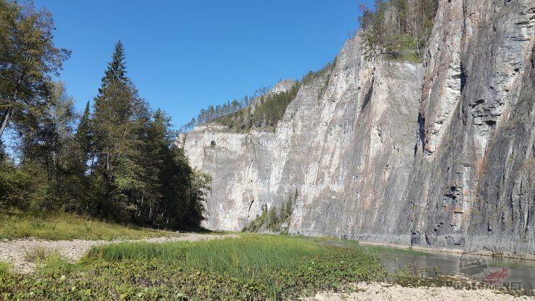 Река у подножия горы