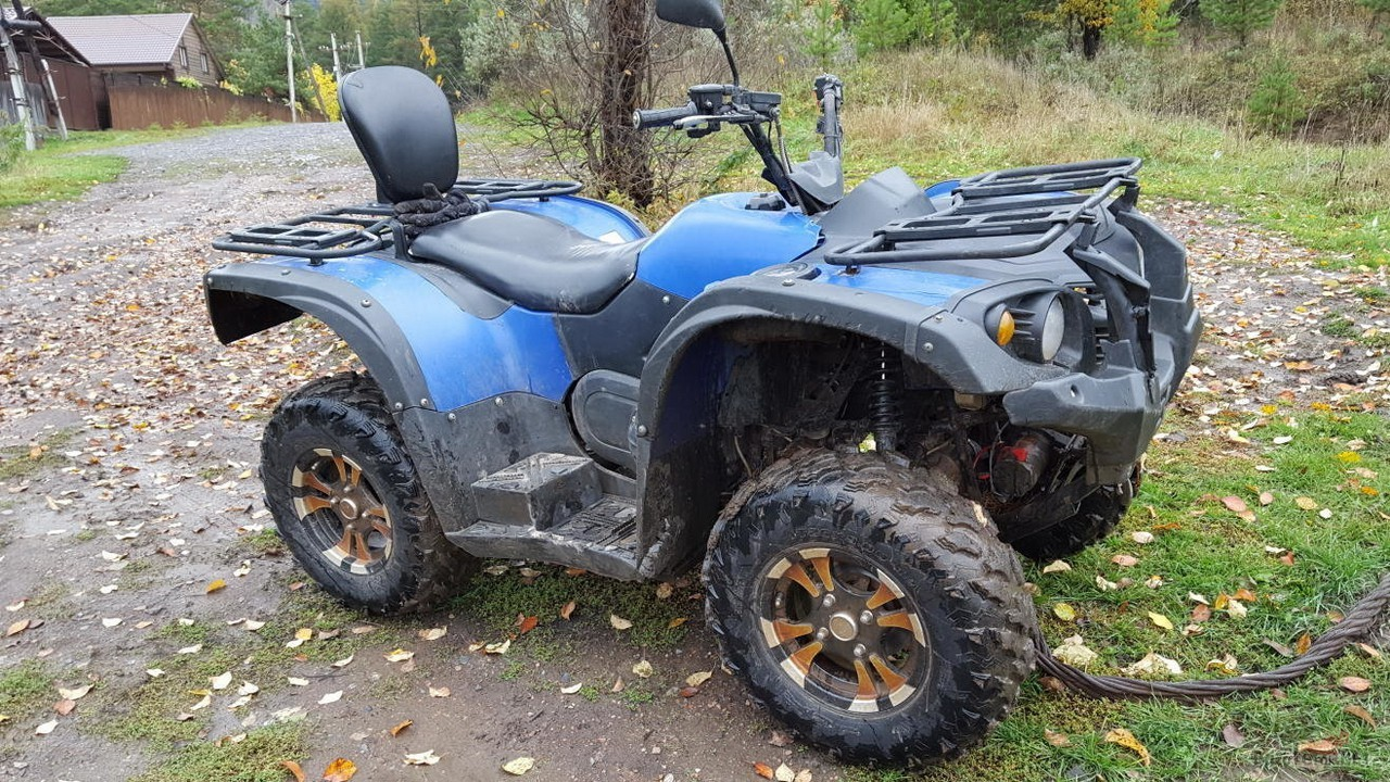 Синий Stels ATV 500H на тросе