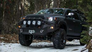 Тюнинг чёрной Toyota Tundra в лесу