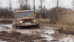 УАЗ-469 в грязи на соревнованиях внедорожников