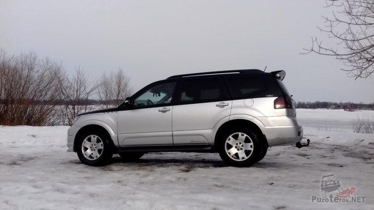 Вид сбоку автомобиля Киа на снегу
