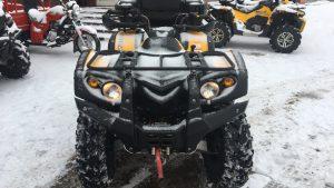 Вид спереди жёлтого квадроцикла в снегу