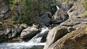 Вода струится по большим камням