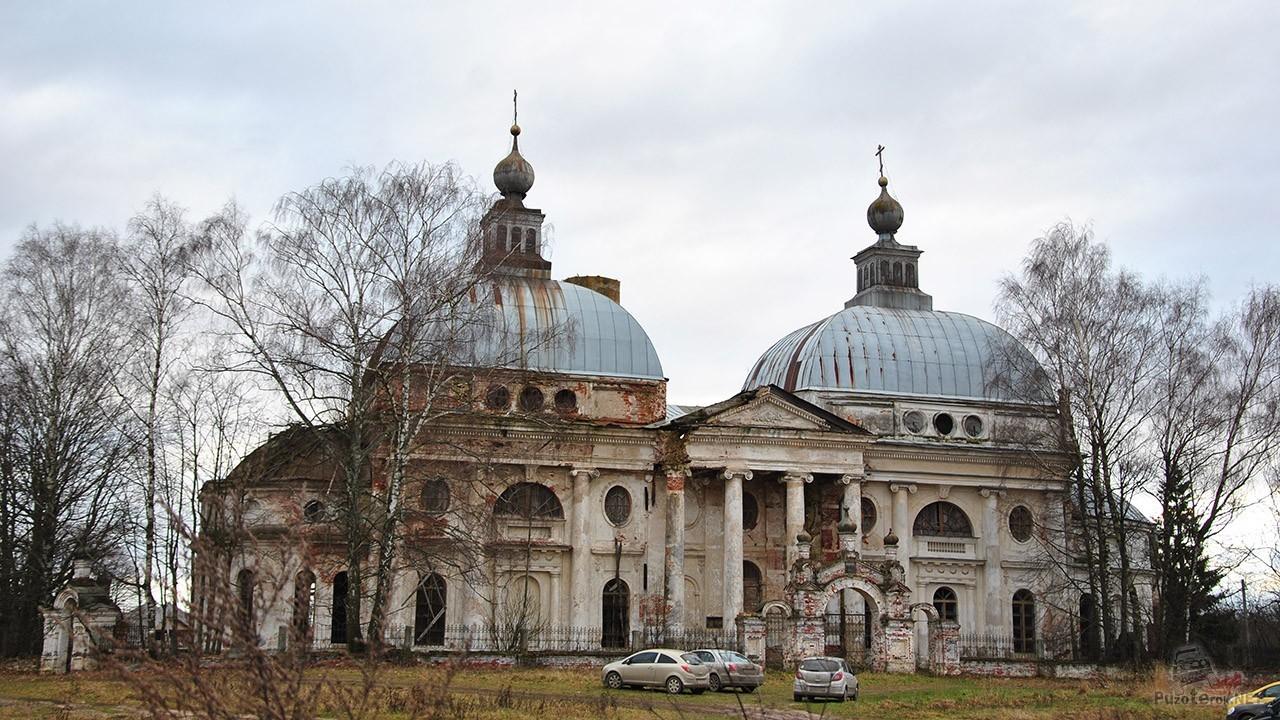 Автотуристы у ворот храма под Волоколамском