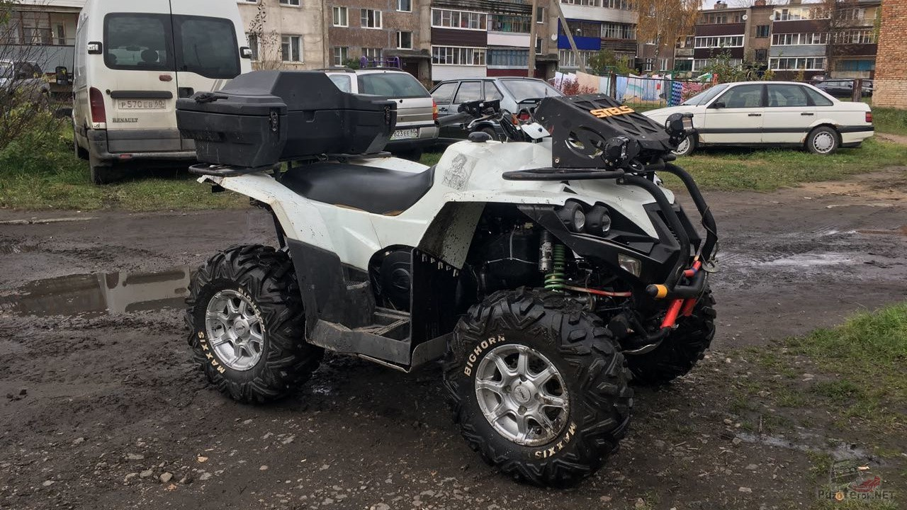 Белый Стелс ATV 800d во дворе