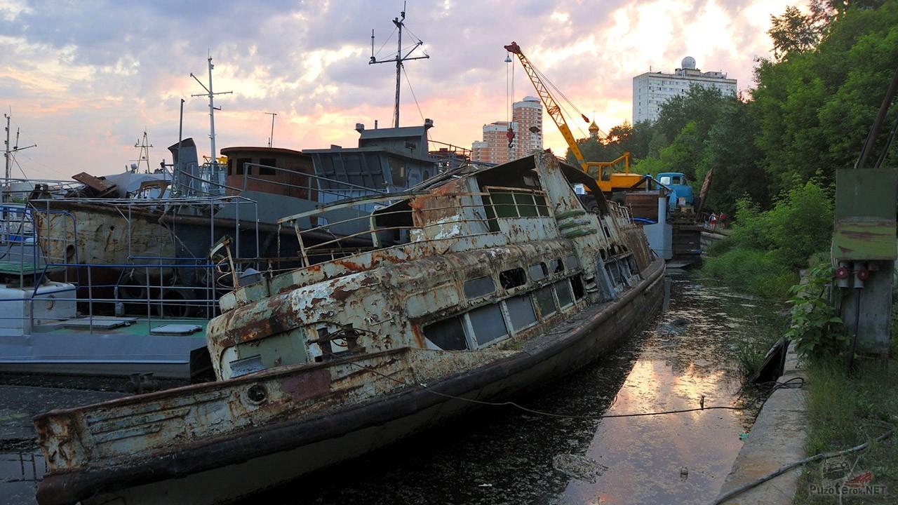 Бывший прогулочный корабль на берегу Кожуховского затона