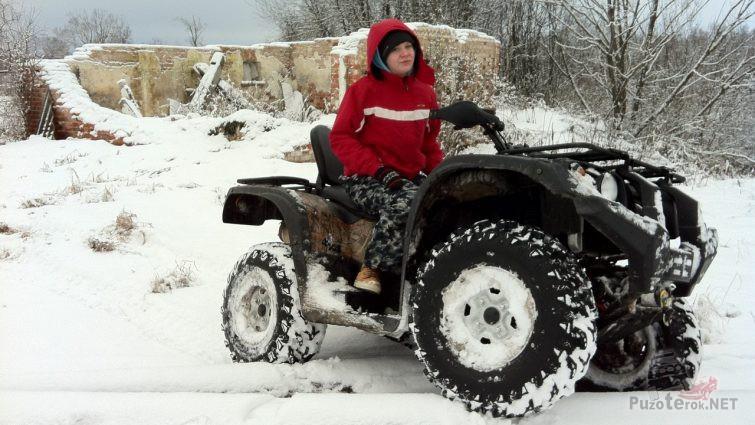 Девушка на Стелс atv 700h на снегу