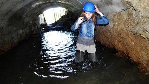 Девушка в каске в заброшенной шахте